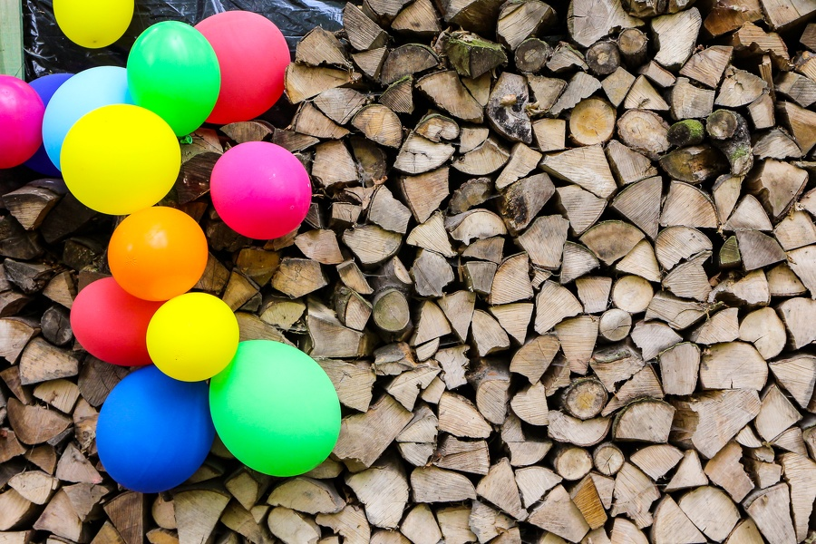 Luftballons und Holz